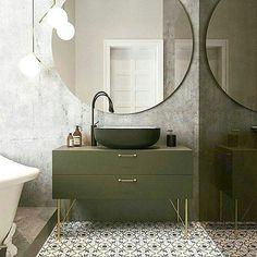 Hay baños que son simplemente PERFECTOS ¿no os parece?... no sé con qué elemento quedarme; la luminaria, el mueble, el solado... #totalinlove #bathroom #bathroomdesign #inlove #decoration #baño #greenery #mosaic #soladosbonitos #pavimento #soladohidraulico #mirrors