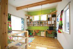グリーンを基調とした子供部屋です。ウッド調の棚は、お洒落にたくさん収納できて素敵ですね。子供部屋はカラフルなのがとても可愛いですね。