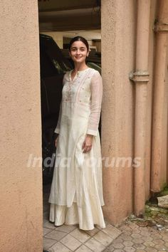 Alia Bhatt's Casual Ethnic Fashion Is For Divas Who Believe In Understated Glam Dress Indian Style, Indian Dresses, Indian Outfits, Indian Clothes, Casual Indian Fashion, Ethnic Fashion, Indian Attire, Indian Wear, Simple Pakistani Dresses