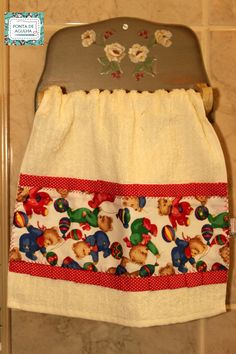Toalha de mão (lavabo) com barrado em tecido. Acabamento em pontos decorativos. Motivo infantil <br>Peça única.