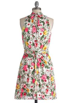 Highlight It Up Dress. Shine a spotlight on your standout style by donning this bold floral dress before a day spent downtown! Retro Vintage Dresses, Vintage Inspired Dresses, Vintage Style, Lovely Dresses, Dresses For Work, Summer Dresses, Jessica Day, Cloth Flowers, Mod Dress