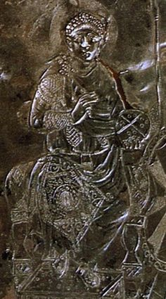 Missorio di Teodosio I, 388-393. (un dettaglio). Real Academia de la Historia, Madrid. Piatto in argento. Fu prodotto a Costantinopoli in occasione del decimo o quindicesimo anniversario di regno di Teodosio I. Raffigura Teodosio che consegna un codice ad un funzionario. Rappresenta lo stile classicheggiante dell'età teodosiana ed è considerato uno dei capolavori dell'oreficeria tardo-imperiale romana.