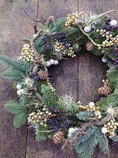 Christmas Door Wreaths, Christmas Flowers, Noel Christmas, Country Christmas, Holiday Wreaths, Christmas Crafts, Holiday Decor, Natural Christmas, Art Floral Noel
