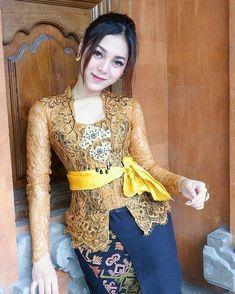 Kebaya Bali, Batik Kebaya, Kebaya Dress, Cute Asian Girls, Beautiful Asian Girls, Traditional Fashion, Traditional Dresses, Model Kebaya Modern, Bali Girls