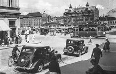 Raitsikalla pääsee. Ilmeisesti vuonna 1930 otetussa kuvassa näkyy liikennettä Eerikinkadun ja Aurakadun risteyksessä. Raitiovaunun lisäksi kuvassa näkyy Lindblomin talo, joka purettiin 1956 Wiklundin tavaratalon tieltä.