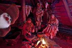 Luukku 10: Tonttu saapui Kierikkikeskukseen, se tepsutteli taloon kivikautiseen. Oli elämä ennen erilaista, sen voi nähdä myös asuista.