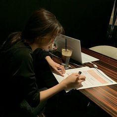 studyspo, aesthetic, study's coffee, laptop Korean Aesthetic, Book Aesthetic, Beige Aesthetic, Japanese Aesthetic, Aesthetic Girl, Studyblr, Urbane Fotografie, Study Hard, Hard Work