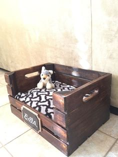 Modified from a wooden wine crate, this personalized dog bed frame will give you… - Hunde Wooden Dog Crate, Wooden Wine Crates, Diy Dog Crate, Dog Crates, Wooden Dog Beds, Wood Dog, Dog Bed Frame, Portable Dog Kennels, Dog Beds For Small Dogs