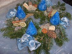 Adventi koszorú Advent, Christmas Bulbs, Table Decorations, Holiday Decor, Home Decor, Decoration Home, Christmas Light Bulbs, Room Decor, Home Interior Design