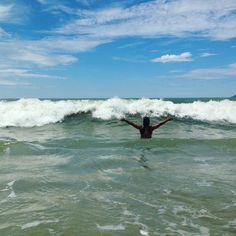 E se for pra tomar na cabeça, que seja onda!! ByNina #frases #praia #onda #humor #bynina #gratidão (em Praia do Quilombo)