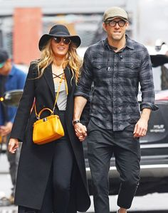 Blake Lively stepped out with Ryan Reynolds wearing jeggings and sneakers—here's how she made them look chic. Blake Lively Ryan Reynolds, Ryan Reynolds Style, Blake Lively Moda, Blake And Ryan, Blake Lively Family, Sneaker Outfits, Legging Outfits, Blake Lively Street Style, Estilo Street
