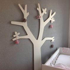 Houten boom met gehaakte vogels en een uil