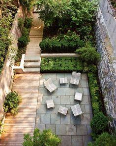 terrasse de jardin, chemin en bois composite, dallage en pierre et chaises en acier inox