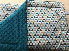 Couverture plaid  bébé doublé motif graphic moutarde et bleu canard.