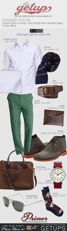 Tu pantalón verde con una camisa blanca y un blazer azul marino + zapatos marrones