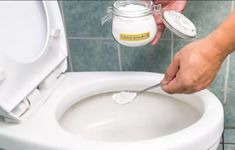 Cleaning the toilet must be one of the least liked household chores but as much as we don't like doing it we know that it has to be done. Maintaining your toilet fresh, clean Homemade Toilet Cleaner, Cleaning Agent, Household Chores, Baking Soda And Lemon, Toilet Bowl, Organization Hacks, Glass Jars, Portal, Coco