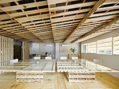 Situé à Tokyo au Japon « Shitomito Pallet » est un atelier / bureau pour une entreprise de production vidéo. Une réalisation du studio de design Hiroki Tominaga Atelier.  Réalisé à partir d'une centaine de palettes qui recouvrent le sol, les murs et forment le mobilier, cet espace est destiné à pouvoir se déplacer et être ajusté dans un autre espace. L'idée des palettes est venue aux designers en observant les rébus de bois d'emballage qui jonchent les trottoirs des entreprises…