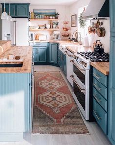 this won't sway you towards blue cabinets in the kitchen, we don't know what .If this won't sway you towards blue cabinets in the kitchen, we don't know what . Modern Farmhouse Kitchens, Farmhouse Kitchen Decor, Kitchen Modern, Vintage Kitchen, Minimal Kitchen, Small Kitchens, Farmhouse Style, Country Kitchen, Eclectic Kitchen