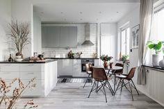Paleta cromatică de gri, maro și tonuri naturale de crem și bej aduce o armonie aparte în acest apartament amenajat în plan deschis, ...