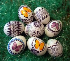 Zentangle Eggs!  How adorable are these?  From Suzanne McNeill