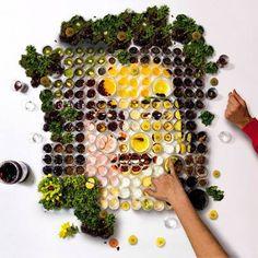 """El español Martin Satí ha creado """"El Banquete"""", una """"micro historia"""" construida en colaboración usando frutas y verduras en pequeños vasos para dibujar formas y siluetas.  Una experiencia visual que fusiona la filosofía compartida de la gastronomía y el arte de sentarse alrededor de una mesa a compartir alimentos, ideas y vivencias.  Umm... http://www.martinsati.com/details.php?p=105"""