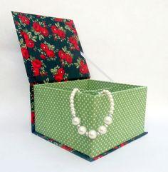 Caixa tamanho P, com divisórias, confeccionada com a técnica de cartonagem. Pode ser usada como porta joia/ bijuterias e etc... Dimensões: 16,7 X 15,7 X 9,7. #caixa #caixinha #cartonagem #artesanato #feitoamao #lembrancinhas #handmade #handcrafted #casamento #beautiful #caixasdecoradas #caixaspersonalizadas #lembrancinhaspersonalizadas #noivas #noivados #amofazerartesanato #acessórios #ilsbelle