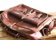 Bandolera para hombre y mujer hecha en cuero de búfalo de color marrón. Bolso acolchado para guardar portátiles de hasta 15,6″ o cámaras de fotos. Tiene 4 bolsillos exteriores y 3 interiores,…