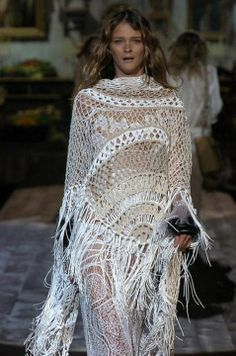 Roberto Cavalli crochet   super franja longa enfatiza o movimento e brilho. Lindo branco!!!