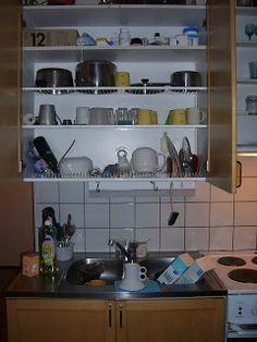Kijk, zo'n afdruiprek wil ik nu in mijn keuken boven het aanrecht!!! Dit hebben ze in Finland en in Italie. Afwassen, het boven de wasbak plaatsen  in de rekken  en dan de kastdeuren dicht en opgeruimd staat netjes!