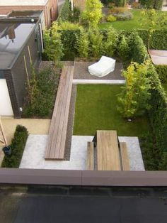 Dit geeft een goed beeld hoe je je tuini in kan delen in een nieuwbouwwijk, hoewel de grootte van de tuin best klein is kun je er toch je eigen ideeën instoppen en zo het je eigen tuin maken.