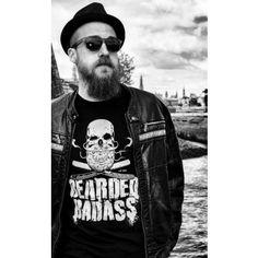 """Das stylische """"BEARDED BADASS"""" Shirt von blackbeards mit markantem Totenkopf-Logo samt Rasiermessern ist das optimale Statement für stolze Bartträger und kernige Kerle. Verleihe deiner Liebe zum Bart noch mehr Ausdruck und zeig, was für ein Typ hinter dem Bart steckt. Onlineshop: www.blackbeards.de #bart #beard #style"""