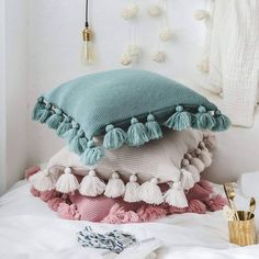 33 Lovely Cute Pillows Designs Ideas - There are many different kinds of pillows. But there is only one brand of pillows that helps a scared child to sleep. Pillow head cushions are similar. Diy Cushion Covers, Knitted Cushion Covers, Knitted Cushions, Throw Cushions, Decorative Pillow Covers, Throw Pillow Covers, Cushion Cover Designs, Pillow Cases, Cushion Ideas