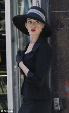 Catwoman Anne Hathaway goes from leather to ladylike on the set of The Dark Knight Rises The Dark Knight Trilogy, The Dark Knight Rises, Timeless Fashion, Retro Fashion, Women's Fashion, Anne Jacqueline Hathaway, Anne Hathaway Catwoman, Dark Knight Rises Catwoman, Divas