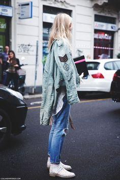 #KhakiJacket #WhiteShirts #Jeans #BlackBag #WhiteBoots #pink