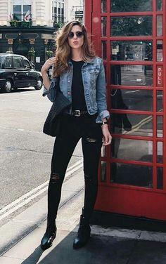 O poder da terceira peça no visu. Jaqueta jeans, look todo perto, blusa preta, calça preta ankle boot