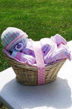 Make a SLEEPY BABY GIFT BASKET out of DIAPERS...this is such a fun idea & looks so easy to make!