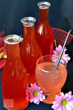 Sirop de rubarba | CAIETUL CU RETETE Romanian Food, Romanian Recipes, Preserving Food, Hot Sauce Bottles, Smoothies, Alcoholic Drinks, Food And Drink, Cooking Recipes, Wine