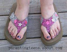 Make Jewel Sparkle Flip Flops Teen Crafts: Enjoy the finished flip flops and variations. Flip Flop Craft, Decorating Flip Flops, Cute Flip Flops, Crafts For Teens, Teen Crafts, Teen Beach, Just For Fun, Creative Crafts, Flip Flop Sandals