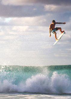 Espectacular imagen de  Gabriel Medina,  que está a punto de proclamarse campeón del mundo de la ASP del circuito de surf, con permiso de Mick Fanning, el cual tendrá que esperar que cometa algún error el brasileño para tener su oportunidad.