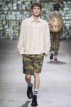See the complete Dries Van Noten Spring 2017 Menswear collection.