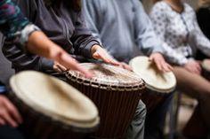 """""""Musicoterapia es la disciplina que utiliza la música y sus elementos como recurso y herramienta privilegiada para favorecer los procesos generadores de salud, procesos preventivos y de tratamiento de la enfermedad en las personas"""" (Valeria Casal Passion)."""