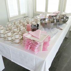 Sunnuntain #juhla-ateria melkein  katettuna #rippijuhlat #kattaus #juhlat #party #fest #borddukning #valkoinen #vaaleanpunainen #finnishhome #sisustus #inredning #interior #vitt #pink #weiss #white #arctica #iittala