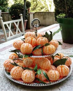 Creative & delicious idea to offer some fruit to your guests Brunch Mesa, Comida Picnic, Deco Fruit, Do It Yourself Food, Party Food Platters, Healthy Halloween, Halloween 2020, Halloween Candy, Fruit Displays