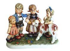 """M.I. Hummel Serie Moments in Time  """" Auf dem Lande / Farm Days  """" Editie 2003, De jaarstukken uit deze serie worden gemaakt vanaf 2002. Vrolijk kindertafereel op het land met kalfje Hoogte 18 cm Limited Edition 5.000"""