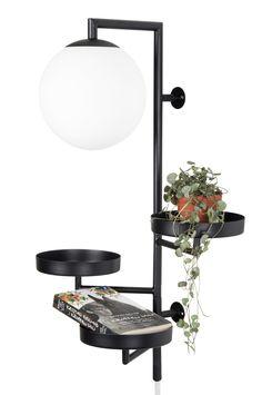 """Væglampe """"Astoria"""" vinder af det svenske Hus & Hems designtävling 2016 Tegnet af Anna Landerholm for Globen Lighting. Astoria kombinerer funktion og design, hvor den kan benyttes i alt fra hallen, til piedestal, til sengelampe. Mathvid, justerbar og opalhvid glaskuppel. Stofledning med afbryder. Højde 62 cm. Bredde 30 cm. Dybde 27 cm. Fatning G9. Maks. 42W. Pære medfølger ikke."""