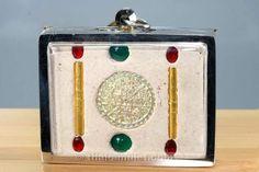 Kruba Kritsana erschuf das Amulett anläßlich seines 56. Geburtstages in einer Miniserie von nur 56 Amulette aus 108 heiligen Ingredienzien deren Zusammensetzung nur ihm bekannt ist. Jedes Amulett ist ein Unikat, da sowohl die Bemalung, als auch die Edelstein Kombination bei jedem Amulett anders aussieht. Das Amulett wurde vom ehrwürdigen Kruba Kritsana persönlich bemalt! Die verwendeten Farben stammen von Faber Castell und Rotring aus Deutschland.