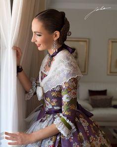 La imagen puede contener: una persona Traditional Fashion, Traditional Dresses, Historical Costume, Historical Clothing, Old Fashion Dresses, Fashion Outfits, Vestidos Vintage, Vintage Dresses, Modern Fashion