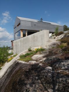 Built by Knut Hjeltnes in Oslo, Norway The importance of keeping the characteristic rock formation of the site and the dramatic view shaped the house. Innovative Architecture, Museum Architecture, Concept Architecture, Contemporary Architecture, Architecture Details, Oslo, Gable Roof Design, Gable House, Small Buildings