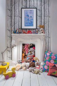 Une cheminée joliment intégrée à une chambre d'enfant.