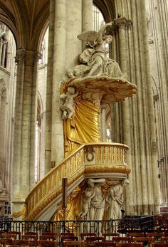 The pulpit of the cathedral of Amiens (France) is a baroque group (1773) the work was made by the sculptor Jean-Baptiste Dupuis and the architect Pierre-Joseph Christophle. At its base it is supported by life-size sculptures the three theological virtues: Faith, Hope and Charity